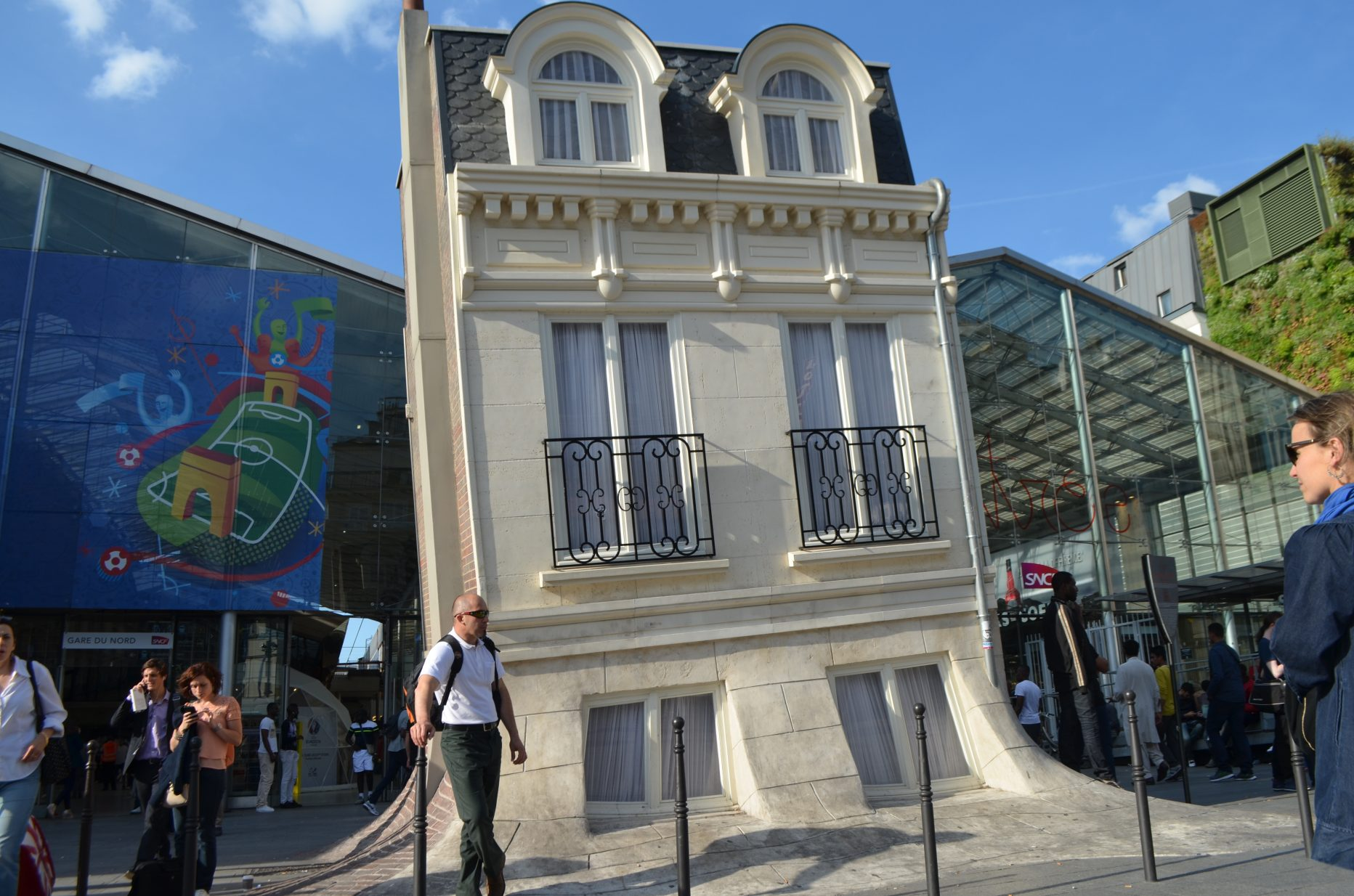 la maison fond de leandro erlich gare du nord paris en. Black Bedroom Furniture Sets. Home Design Ideas